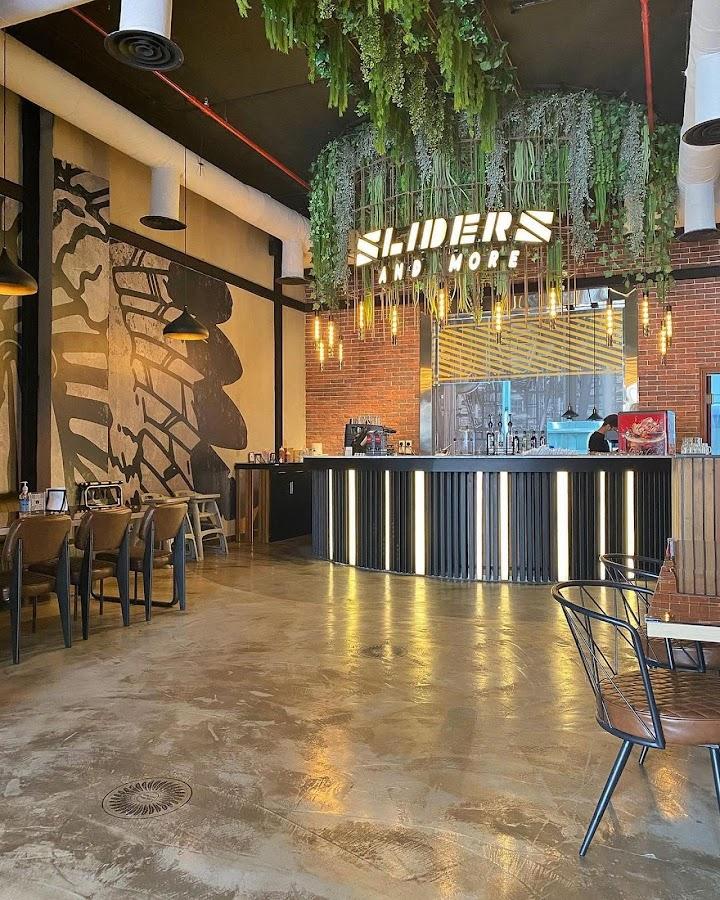 مطعم سلايدرز أند مور